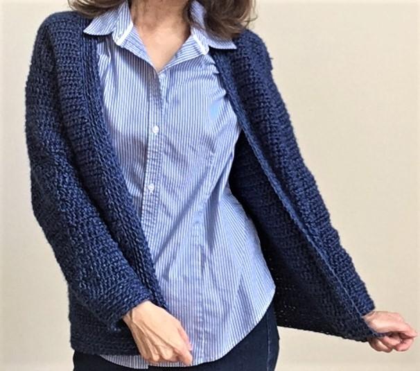 suéter tipo cárdigan clásico de ganchillo